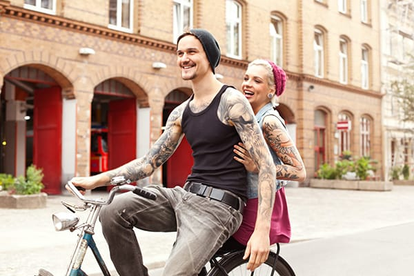 Tattoo-Pflege: Eine Frau cremt ihre neue Tätowierung ein.