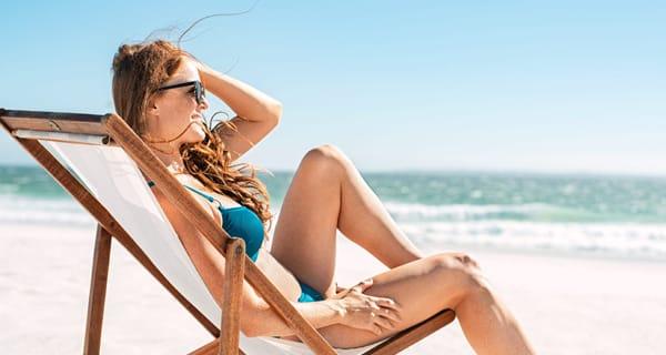 Optimaler Schutz vor Sonnenbrand: Frau beim Sonnenbad.