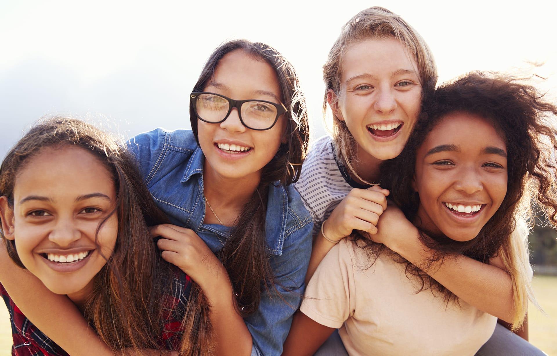 Pubertät: Zwei Mädchen tauschen sich über körperliche Veränderungen wie die der Vagina aus.