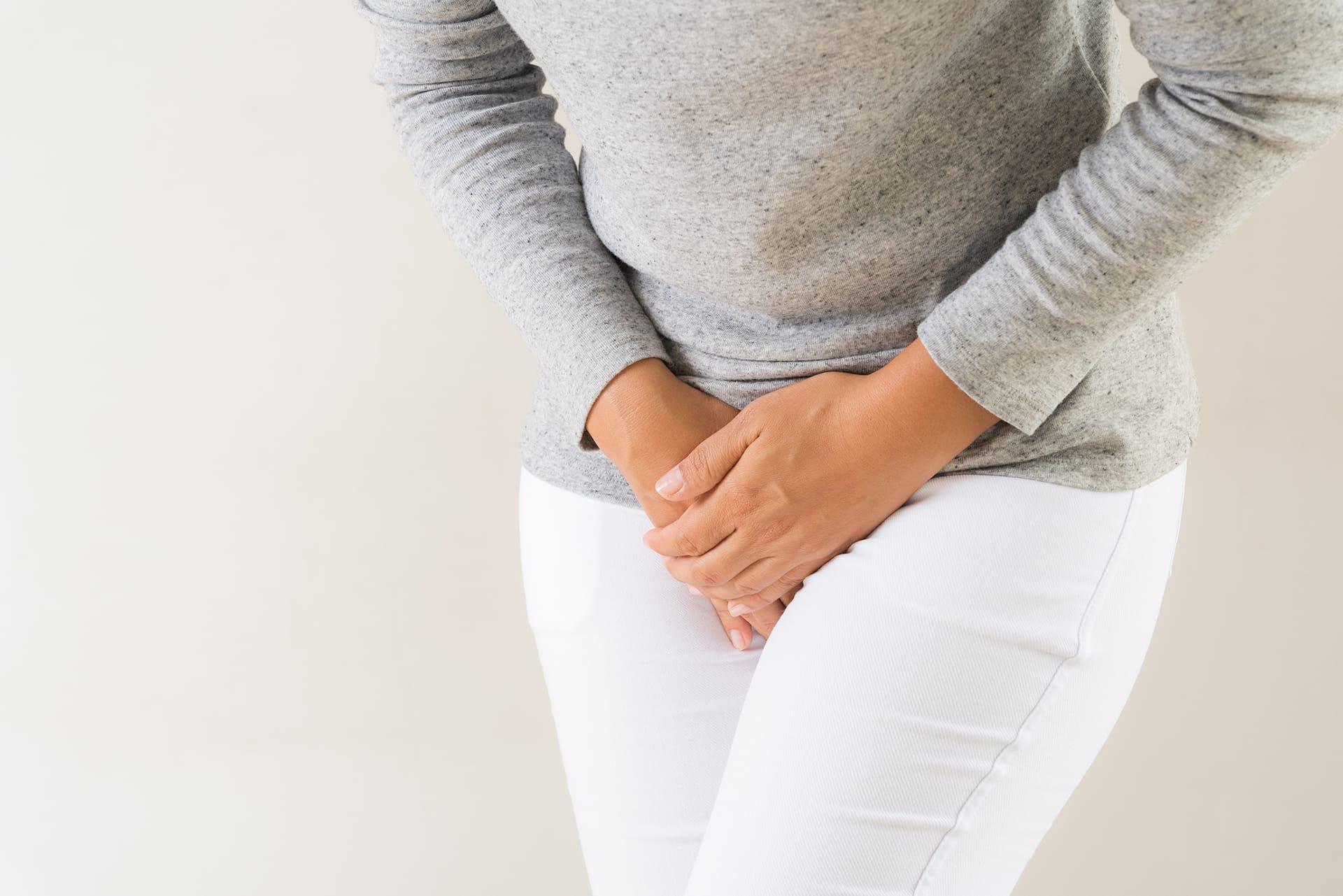 Frau hat Beschwerden im Schritt: Veränderungen im Genitalbereich in den Wechseljahren sind häufig.
